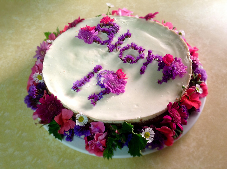 Cheesecake decorated with flowers